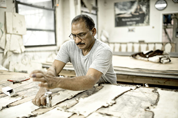 Pologeorgis秉承著50多年的传统手工制作工艺。(张学慧/大纪元)