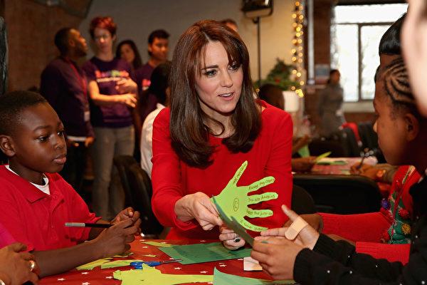 組圖:凱特王妃一襲紅禮服參加聖誕派對