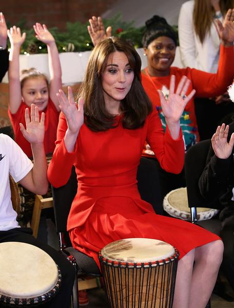 凱特身穿紅色Alexander McQueen的禮服,來到倫敦北部的安娜‧弗洛伊德中心(Anna Freud Centre)參加聖誕活動 。 (Chris Jackson/Getty Images)