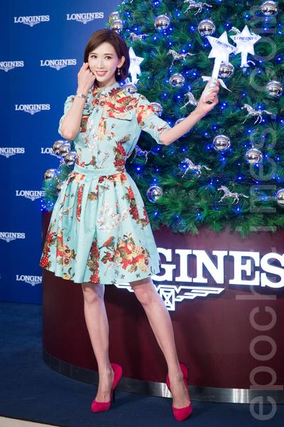 名模林志玲12月16日在新北市出席聖誕樹點燈記者會,面對復合傳言,林志玲笑說:「都是你們媒體寫的啦。」(陳柏州/大紀元)