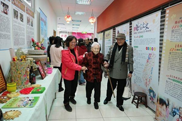 百岁人瑞杨曾琼花阿妈也到场参观。(新竹市府提供)
