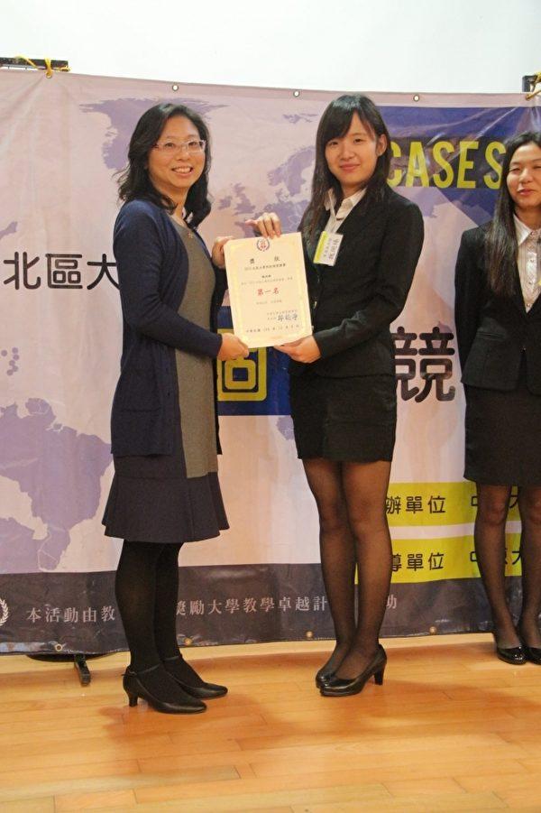 联大经管系魏婉臻(左2)同学接受颁奖。(联大/提供)