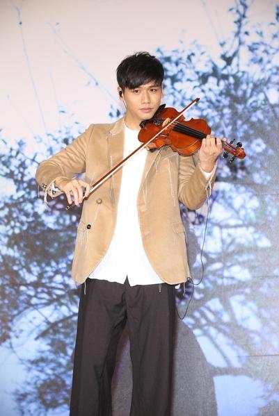 蔡旻佑在台北發片記者會上,拉小提琴演唱新歌。(一起娛樂提供)