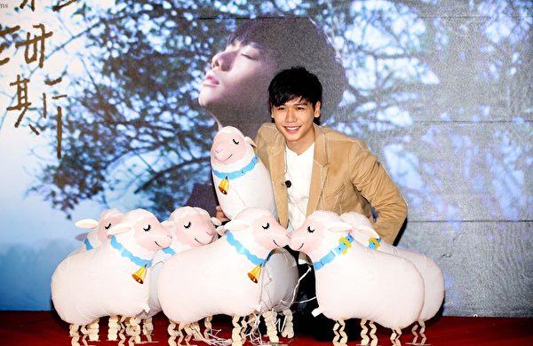 蔡旻佑當場童心大發,玩起了輕飄飄的氣球羊。(一起娛樂提供)
