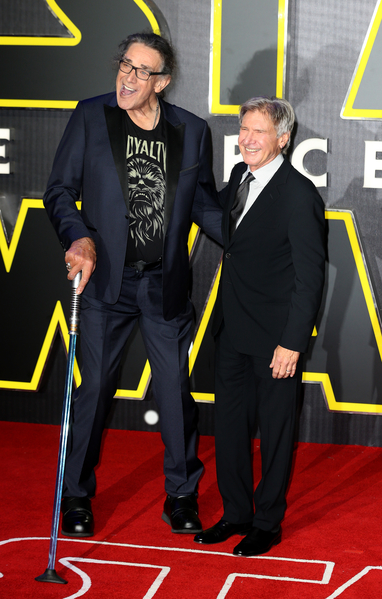哈里森‧福特(右)與扮演毛獸侏兒的彼得‧馬修一同亮相。(Chris Jackson/Getty Images for Matchless)