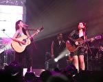 黃麗玲與戴佩妮(左)一起背起吉他自彈自唱《野薔薇》、《回家路上》、《勢在必行》,大呼過癮。(索尼音樂提供)