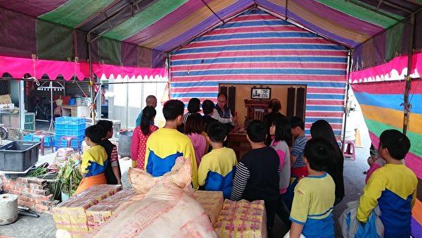 新塭國小蘇姓學童在師長的帶領下,參加蘇姓的祭祖活動。(新塭國小提供)