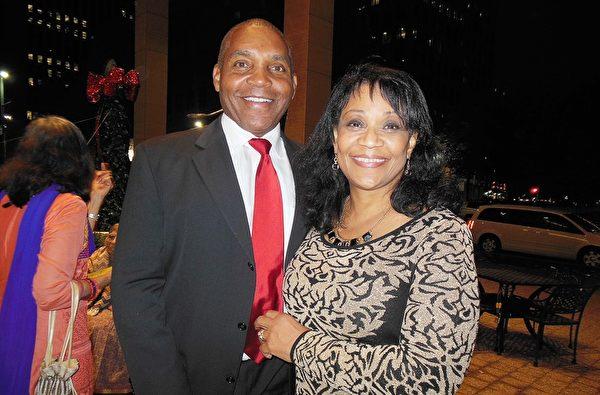 休斯頓一家國際公司的銷售副總裁Stephen Borden和太太。(李辰/大紀元)