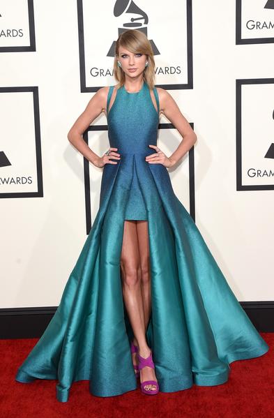 小歌后泰勒‧斯威夫特(Taylor Swift)以在格萊美頒獎禮亮相時的一款Elie Saab禮服,贏得《時尚》評選的年度最佳紅毯造型。(Jason Merritt/Getty Images)