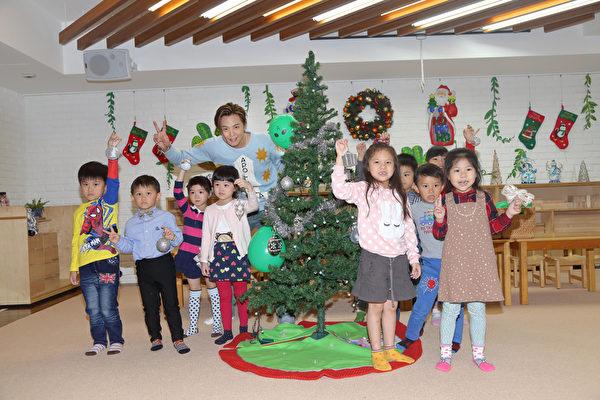 """因圣诞节即将来临,他化身""""ALiEN外星哥哥""""与小朋友一同布置圣诞树。(滚石提供)"""