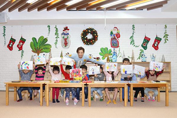黄鸿升(左五)探访小粉丝,率领小朋友布置圣诞树、着色同乐。(滚石提供)