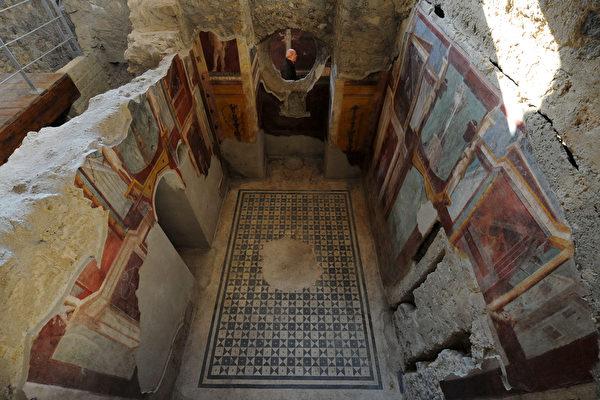 2015年12月24日,庞贝城,照片显示了Criptoporticus多莫斯壁画,正式向公众开放六个壁画群之一。庞贝城被联合国教科文组织(UNESCO)列入世界遗产,欧盟也因此拨出巨款帮助意大利维护和复原这些人类文化的记录。(MARIO LAPORTA/AFP)