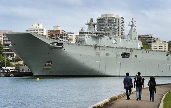 2015年12月23日,悉尼花园岛海军基地,澳大利亚皇家海军直升机停泊在堪培拉级两栖突击舰艇上,当天早上,纽省警方在悉尼西区逮捕了2名男子,他们涉嫌密谋对悉尼警察大楼和悉尼花园岛海军基地进行恐怖袭击。(WILLIAM WEST/AFP)