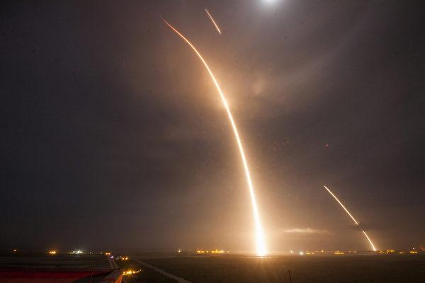 2015年12月21日,美国太空探索科技公司SpaceX在佛罗里达卡纳维拉尔角空军基地成功发射猎鹰9号火箭,并在9分钟后成功回收第一级火箭,并将11颗ORBCOMM卫星送入预定轨道的任务。这是人类历史上第一个可实现一级火箭回收的轨道飞行器,标志着人类迈向全新的航天时代。(AFP)