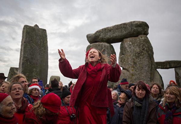 2015年12月22日冬至日,英格兰埃姆斯伯里,数百人聚集在巨石阵的中心,希望能在北半球白天最短的日子迎接第一道曙光。据称冬至是一年重生的日子,白天要变长,春天还会再来。(Matt Cardy/Getty Images)