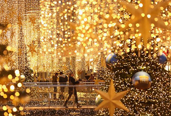 2015年12月22日,德国柏林,平安夜前两天,许多消费者仍然在寻找礼物,零售商也都希望有一个强有力的圣诞购物季销售。图为消费者和商场中美丽的圣诞灯饰。(Sean Gallup/Getty Images)