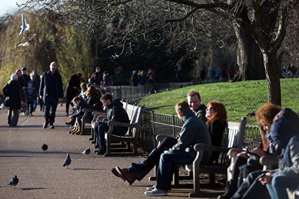 2015年12月23日,英国伦敦,人们在圣詹姆斯公园享受冬天温暖的阳光。近日英国大部分地区的天气异常温暖,并有望持续到下周。(Carl Court/Getty Images)