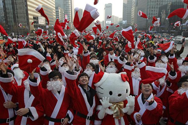 2015年12月24日,韩国首尔,韩国人身穿圣诞老人的服装参加圣诞慈善活动。这次活动准备提供礼物给穷困者。近年圣诞节在韩国已经变得越来越流行了,韩国是唯一承认圣诞节作为一个全国性的节日的东南亚国家。(Chung Sung-Jun/Getty Images)