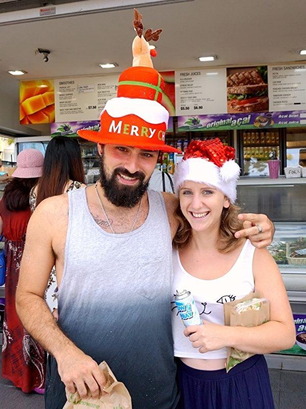 2015年12月25日,北半球还处于严冬之时,南半球迎来了酷热的盛夏。澳洲的圣诞节,除了圣诞大餐和圣诞树,无论是当地人还是游客,圣诞节当日都来到海边庆祝。图为一位悉尼民众与其可爱的圣诞帽。(李裕/大纪元)