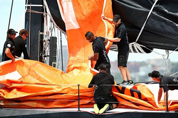 赛前正在准备的船员。(Getty Images )