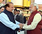 2015年12月25号,巴基斯坦拉合尔,印度总理莫迪(右)突然拜访巴基斯坦总理夏立夫,并为其庆生,还为夏立夫孙女的婚礼献上祝福。印巴两国明年1月双方将展开正式外交会谈。(PIB/AFP)