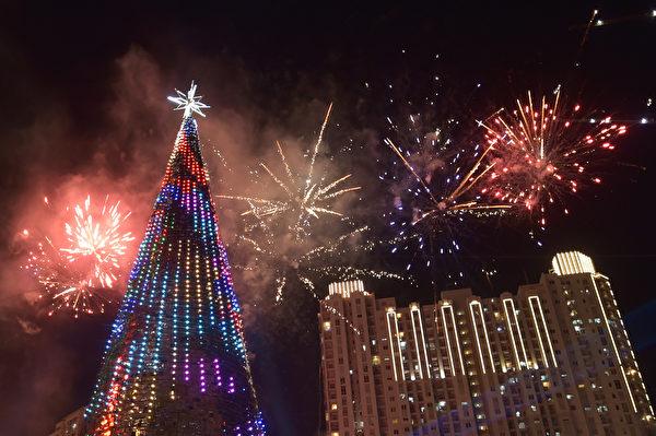 2015年12月25日,印尼雅加达的一个购物中心,购物中心在圣诞节立起38米高的圣诞树。并且燃放烟花。(ADEK BERRY / AFP)