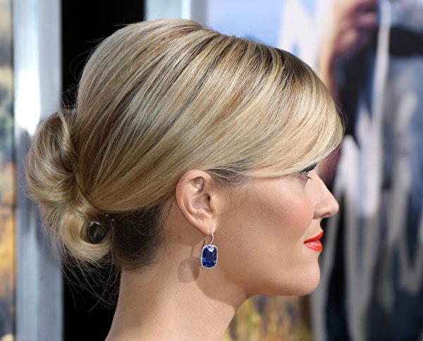 奧斯卡影后威瑟斯彭的髻髮造型。(Frederick M. Brown/Getty Images)