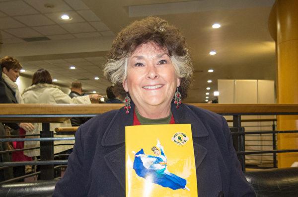 12月26日朵娜‧琼斯(Dona Jones)观赏了当天神韵世界艺术团的演出。(马亮/大纪元)