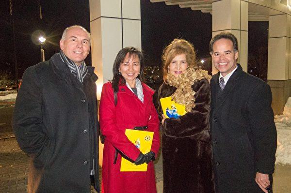 12月26日牧师吉姆·莫拉莱斯(Jim Morales,右)和牧师Larry Ranos(左)先生等四人一起观赏了当天神韵世界艺术团的演出。(马亮/大纪元)
