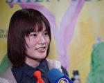 中国留学生刘女士在观赏完神韵世界艺术团的演出后接受新唐人电视的采访时,显得很激动。(新唐人)