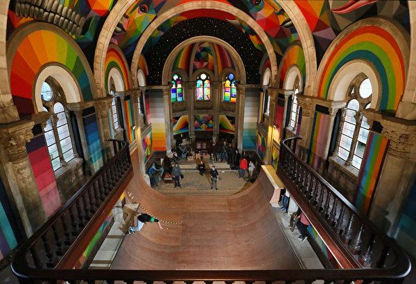 2015年12月26日,西班牙阿斯图里亚斯地区,滑板爱好者在卡奥斯寺滑板公园练习中,卡奥斯寺是1913年建造的圣巴巴拉教堂,荒废了几十年后,被艺术家和滑板爱好者改建成滑板公园。(CESAR MANSO/AFP)