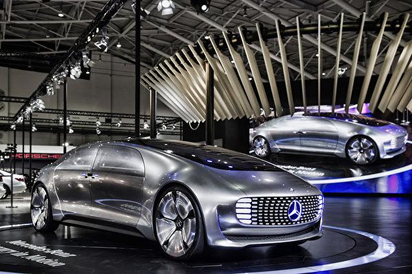 """两年一度的""""世界新车大展""""在台北登场,展期从12月26日至明年1月3日止,图为展览中,Mercedes-Benz F015结合了自动驾驶、安全防护、洁净能源等尖端技术与未来概念。(台湾宾士提供)"""