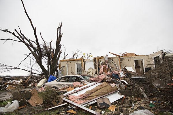 2015年12月27日,德州罗利特,剧烈风暴和龙卷风袭击后,房屋受损严重。这场龙卷风至少造成德州11人丧生,无数房子夷为平地,公路交通混乱,多处电力与天然气中断。图为受损地区的房屋。(LAURA BUCKMAN/AFP)