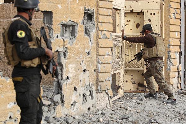 2015年12月27日,伊拉克精锐反恐人员在伊拉克的安巴尔省拉马迪市中心。伊拉克政府军表示,27日他们从伊斯兰国(IS)武装手中夺回了拉马迪,这是IS在伊拉克最后一个战略要地。(AHMAD AL-RUBAYE/AFP)