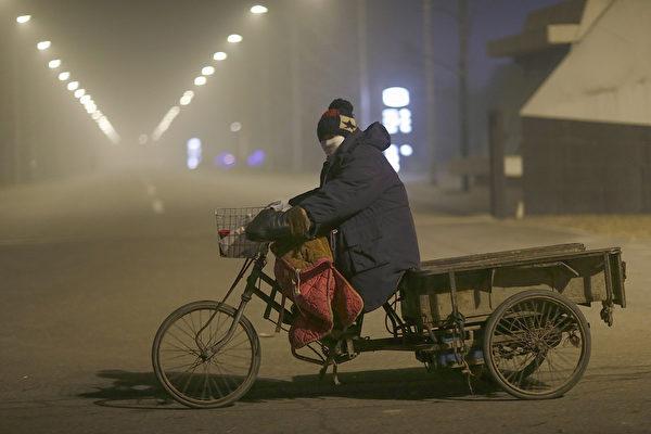 2015年12月22日,中国北京,空气污染严重,出行的人车都减少很多。在中国北方,包括北京在内,已有40个城市发出空气污染警报。11月下旬以来中国的北京、天津、河北地区已有三次重度污染警报。(Feng Li/Getty Images)