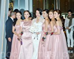 胡杏兒於28日在香港麗思卡爾頓酒店甜蜜下嫁40歲圈外商人李乘德,眾姊妹胡定欣、胡蓓蔚等團簇擁護駕。(宋祥龍/大紀元)