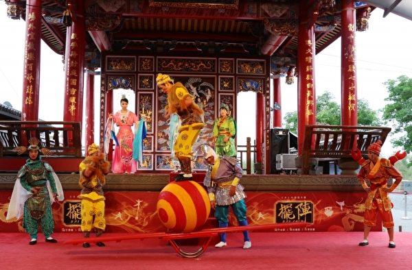 传艺中心年度新戏《孙悟空闹龙宫》中呈现跷跷板上滚大球、软杆、高空钢环等特技。(传艺中心提供)