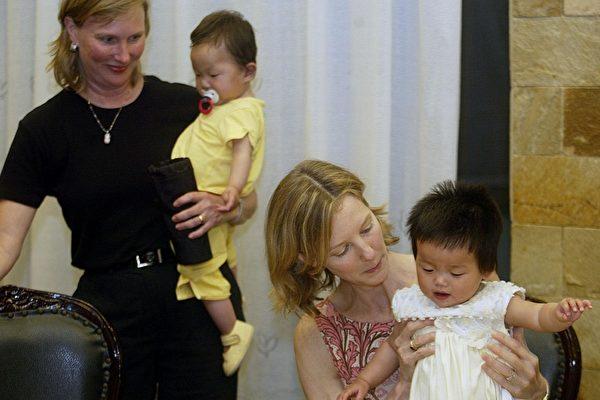 美夫妇带养女回大陆寻亲 女孩出生3天遭弃