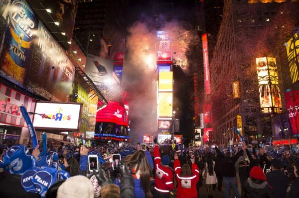 紐約時報廣場百萬人觀水晶球降落,迎接2014年到來。(戴兵/大紀元)