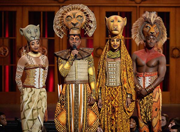 百老汇音乐剧《狮子王》众演员在2013年托尼奖颁奖礼上。(Andrew H. Walker/Getty Images)