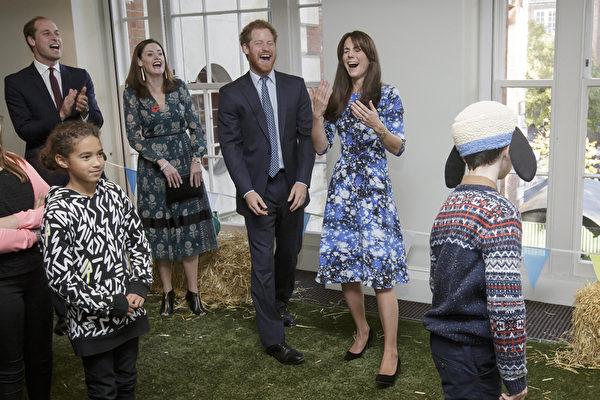 2015年10月26日,威廉王子、哈里王子与凯特王妃和儿童们一道参加《小羊肖恩》主题游乐活动。当地时间周一,凯特王妃与威廉、哈里两位王子现身伦敦皮卡迪利广场的英国电影与电视艺术学院(BAFTA)总部,出席了英国本土动画新片《小羊肖恩》首映礼。和众多前来观影的小朋友玩游戏,玩得不亦乐乎。(Tim Ireland /Getty Images)