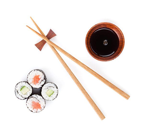 醬油每湯匙約有800毫克鈉,當你在外面吃壽司時,醬油最好用水稀釋一下。(fotolia)