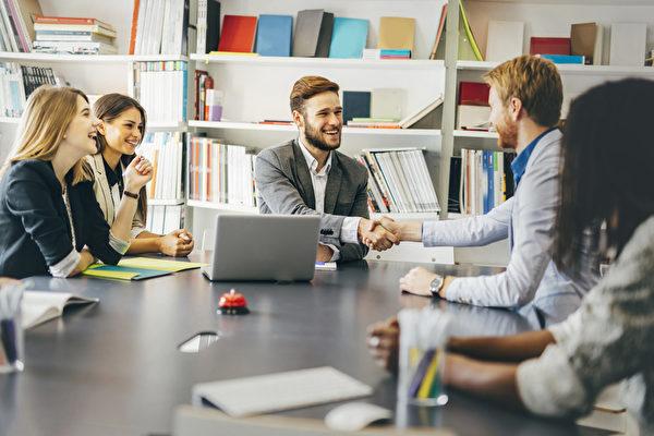 """许多学生在实习结束后没能留在公司,不是因为能力不足,而是""""与别人合作得不好""""。(fotolia)"""