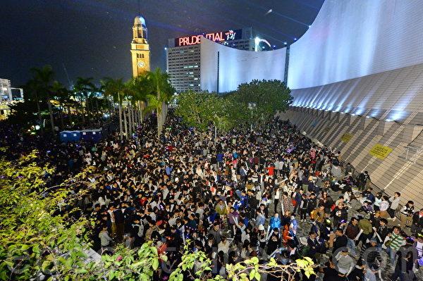 2016 Happy New Year!香港多个地方均有举办除夕倒数活动,最大型活动是维港除夕烟花汇演,吸引许多民众观看。(宋祥龙/大纪元)