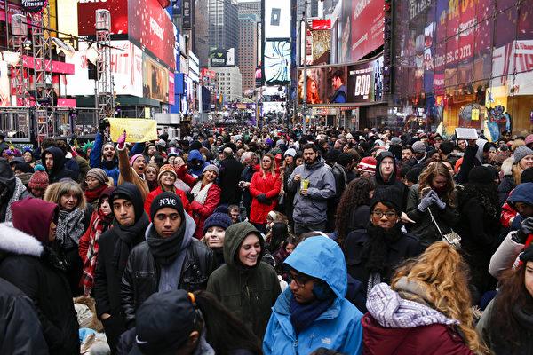 2015年12月31日,紐約,大批民眾湧入時代廣場準備參加倒數計時。(Eduardo Munoz Alvarez/Getty Images)