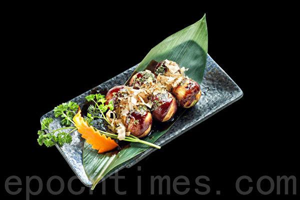 Takoyaki現點現做的章魚小丸子。(張學慧/大紀元)