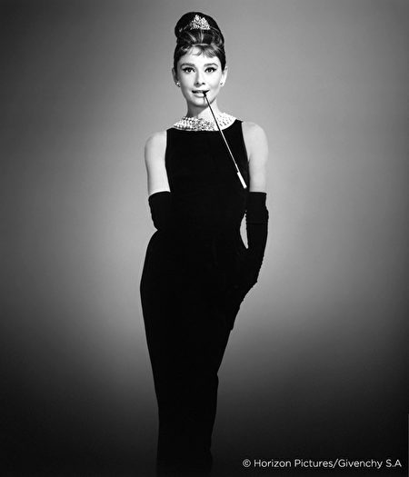 纪梵希为奥黛丽‧赫本在《第凡内早餐》设计的黑色洋装成为巴黎少女的制服。(天马行空提供)