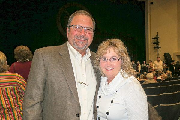 Scott Boyd先生和太太于1月5日晚在佛州莱克兰中心Youkey剧院观看了神韵演出(林南/大纪元)