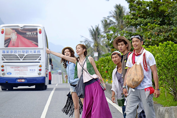 任容萱(左二)主演新片《神厨》剧照。(传影互动提供)
