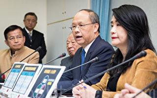 经济部长邓振中(右2)6日澄清,货贸谈判绝对无偷跑及黑箱的问题,也不会有中国农产品全部开放的事情。(陈柏州/大纪元)